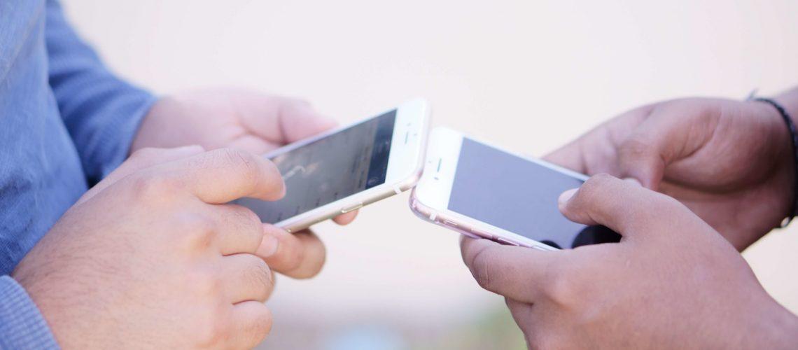 using-mobile-phones_t20_W7nzjg (1)